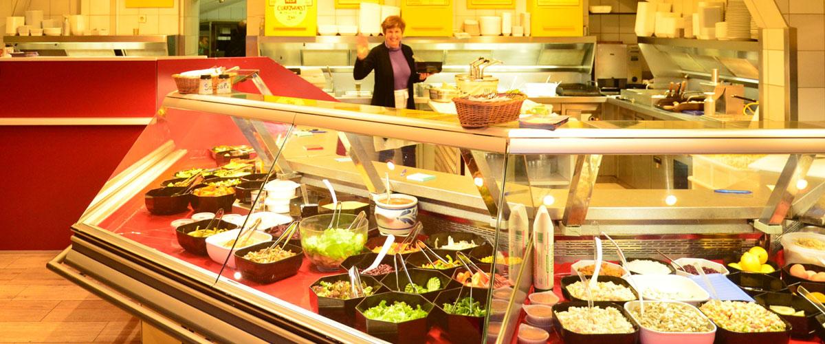 """Die große Auswahl an frisch zubereiteten Speisen, die riesige Salatbar, die üppigen Schnitzel, die fairen Portionen, die wechselnden Saison-Angebote und nicht zuletzt die Gastfreundschaft machen aus dem """"Gang-zur-Bude"""" immer auch ein kleines Schlemmer-Highlight."""